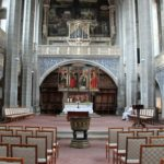 Innenansicht der Marktkirche mit Blick auf den Altar und das Taufbecken